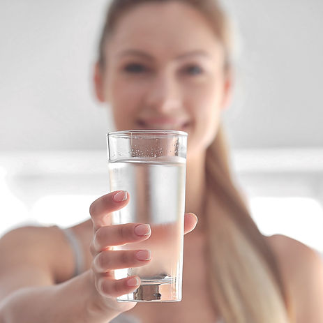 Frau mit Glas 1zu1.jpg