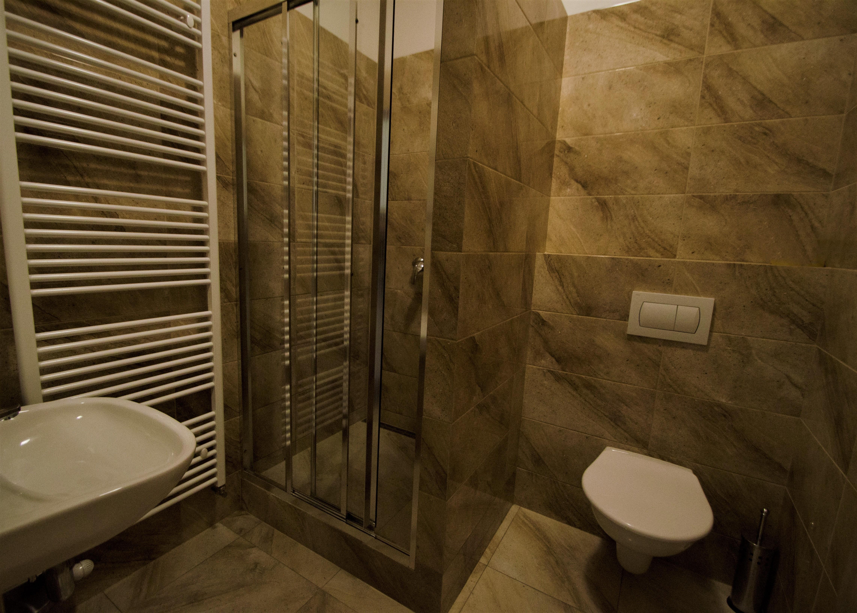 VÏtþí spodní pokoj_koupelna_1