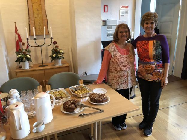 To frivillige ved deres bulgarske lækkerier