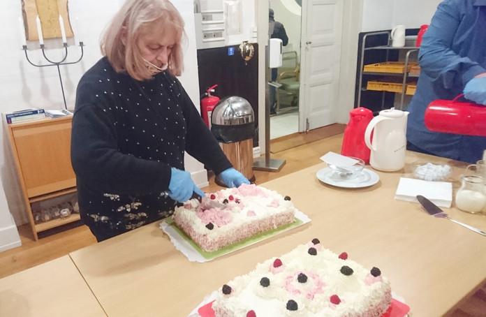 Lidiya med kagen