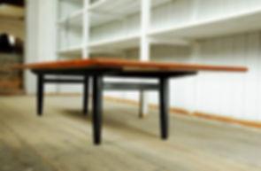 Hermann, lavt teak bord med sorte ben. m