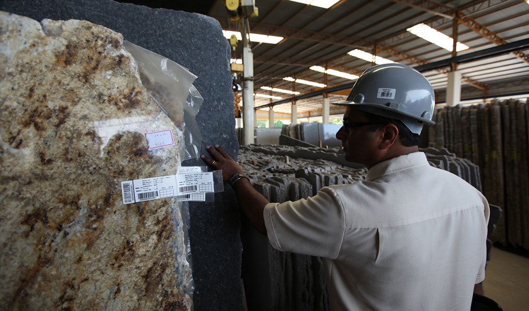 INSPECTING A BUNDLE OF SLABS