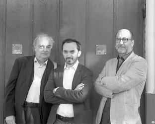 Enrique Vila-Matas, auteur (à gauche), avec Sébastien Planas, Président du FILAF (au centre) et Christian Manzutto, réalisateur (à droite)