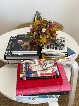 Bouqet Rosa Cadaqués et les livres de la séléction du FILAF 2020
