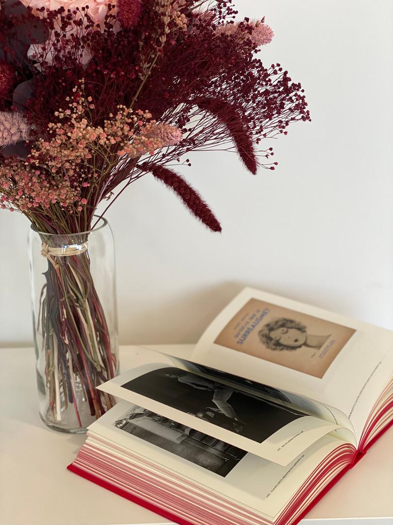 Objects of desire Object of desire - surrealism and design : 1924 - today de Mateo Kries, éd. Vitra Design Museum, 2019) et bouquet Rosa Cadaqués
