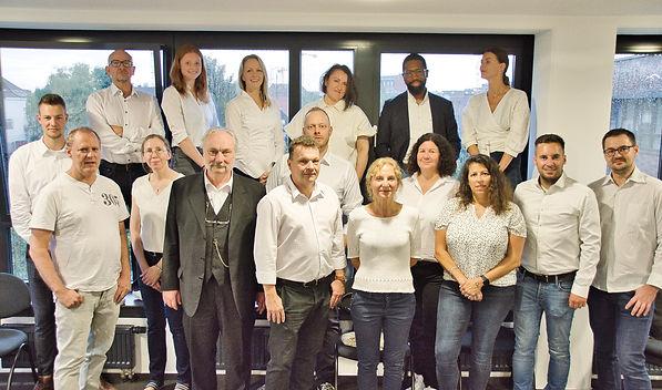Teamfoto Raum ohne Hintergrund.luminar.jpg