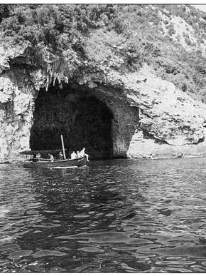 O Αλφόνς ξεναγεί από την βάρκα του στην Παλιά Μιτζέλα, Μαγνησία στο πέρασμα του χρόνου