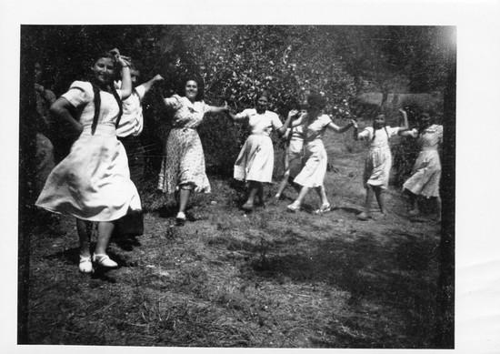 Γυναίκες χορεύουν, Μαγνησία στο πέρασμα του Χρόνου