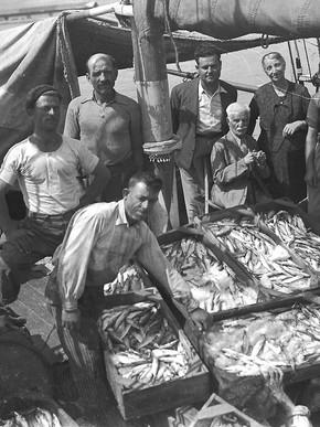 Ψαράδες στο λιμάνι του Βόλου, περίπου 1930-1940, Φωτ. Κ. Ζημέρη, Αρχείο ΔΗ.Κ.Ι.