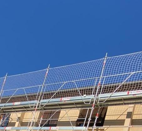 Grand ciel bleu en Savoie, parfait pour les travaux de toiture !