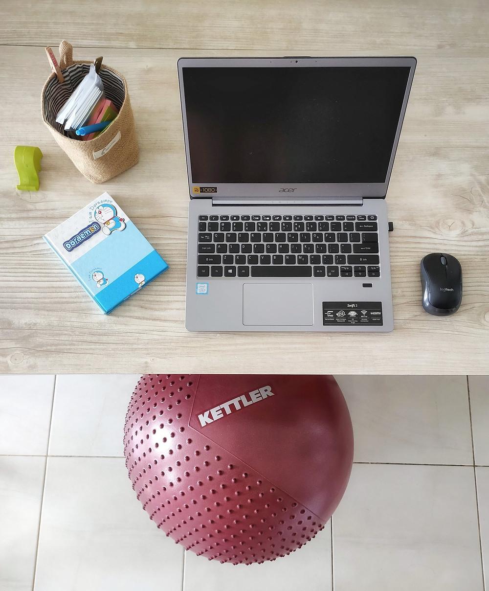 Mengganti kursi dengan gym ball