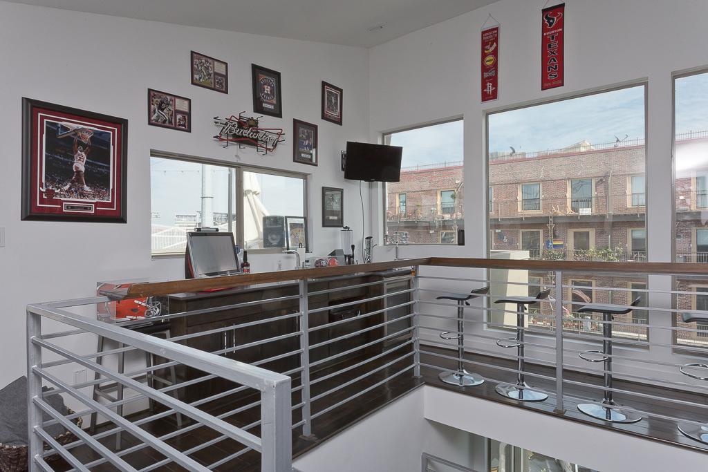Bar & Terrace - 4th Floor
