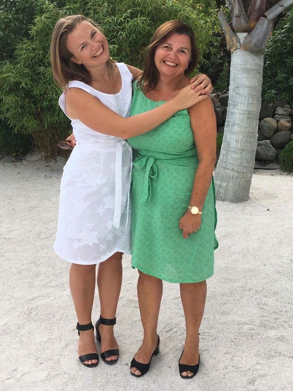 Mor og datter i samme kjole
