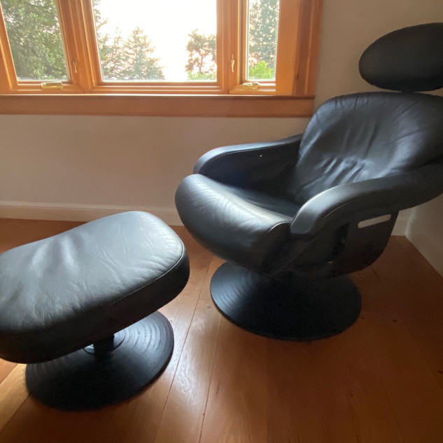 NELO Swedish Leather Swivel Lounge Chair