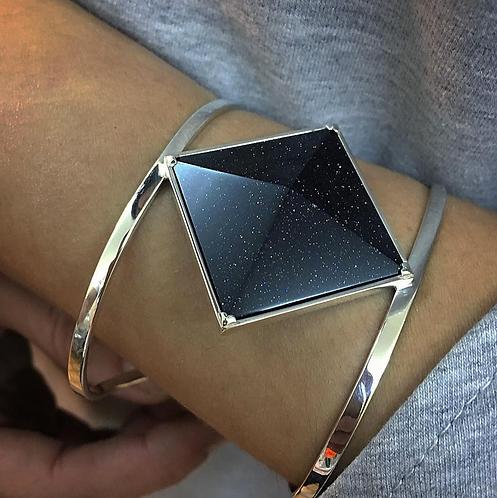 Большой объемный браслет с черным камнем авантюрином пирамидой из серебра STELLAR