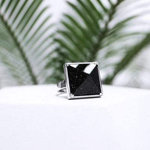 Кольцо перстень с большим черным камнем пирамидой с авантюрином из серебра STELLAR