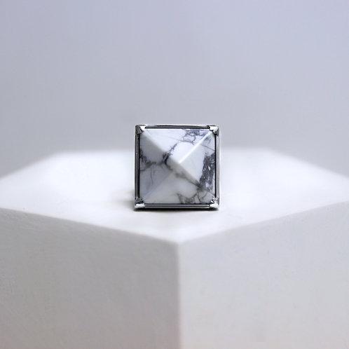 Мраморное кольцо с пирамидкой из серебра с магнезитом STELLAR