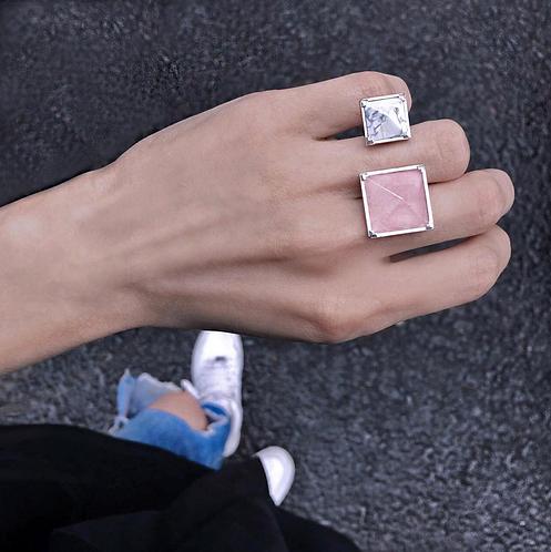 Массивное кольцо перстень с разрывом с двумя камнями розовым кварцем и мрамором STELLAR
