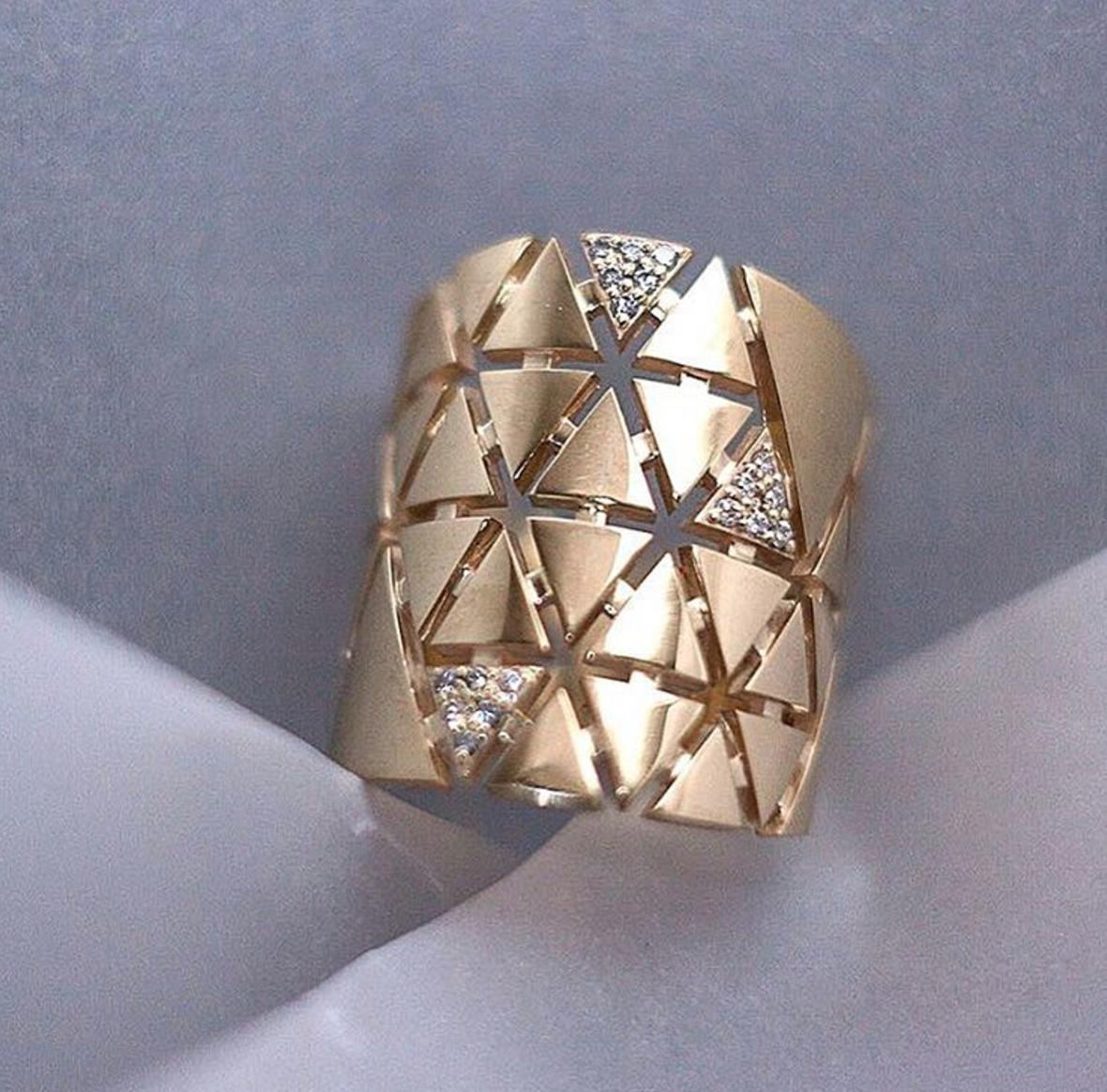 Кольцо с треугольниками из золота