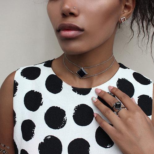 Чокер с черным камнем и цепочкой с авантюрином кольцо с черным камнем на девушке