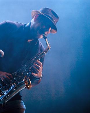Homem que joga o saxofone