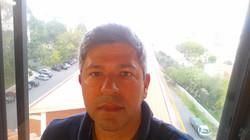 Eu junto à janela do estúdio
