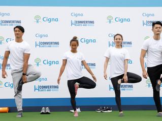 信諾香港將「Converting Hearts & Minds」 帶入社區與眾同樂 參加者於中環新海濱「七欖中環」體驗瑜珈, 了解心靈健康的重要性