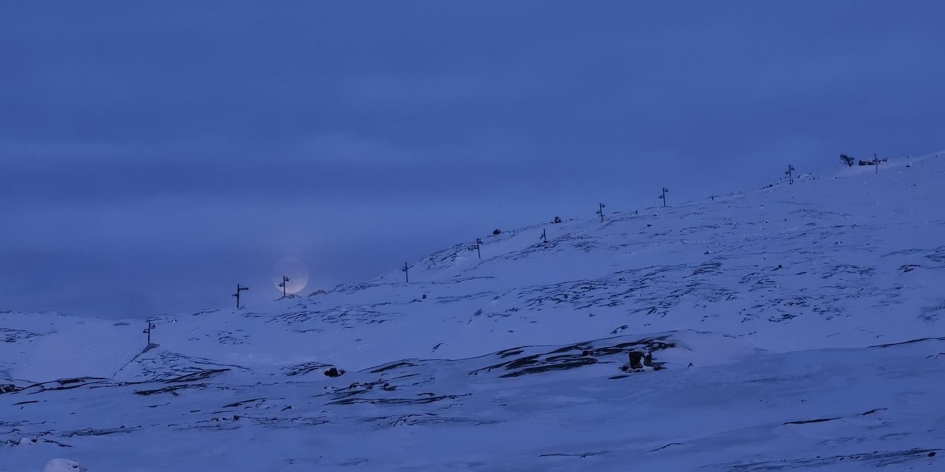 Storlift med måne i baggrunden