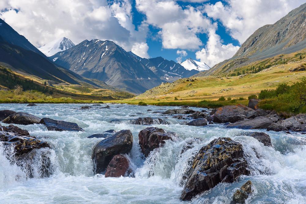 На реке Караоюк. Впереди вершины Южно-Чуйскиского хребта