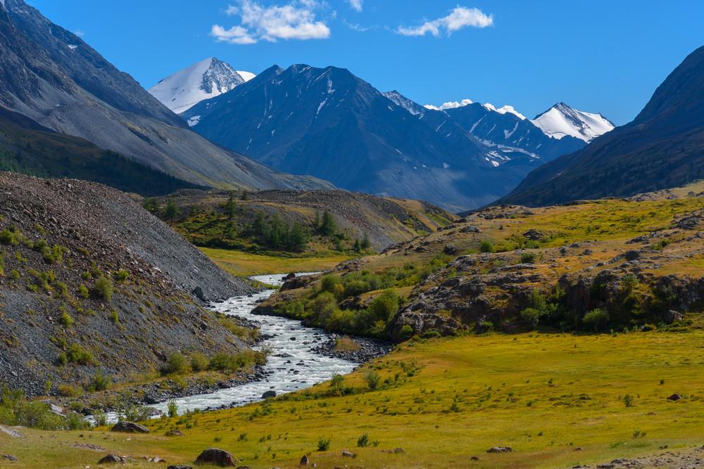 В долине реки Караоюк. Слева вершина Южно-Чуйского хребта пик Ильяс