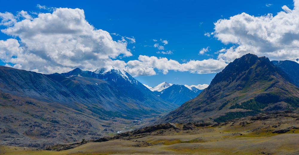 Долина Караоюк. Снежная шапка слева - гора Джаниикту (3922 м). Справа хребет Белтирду