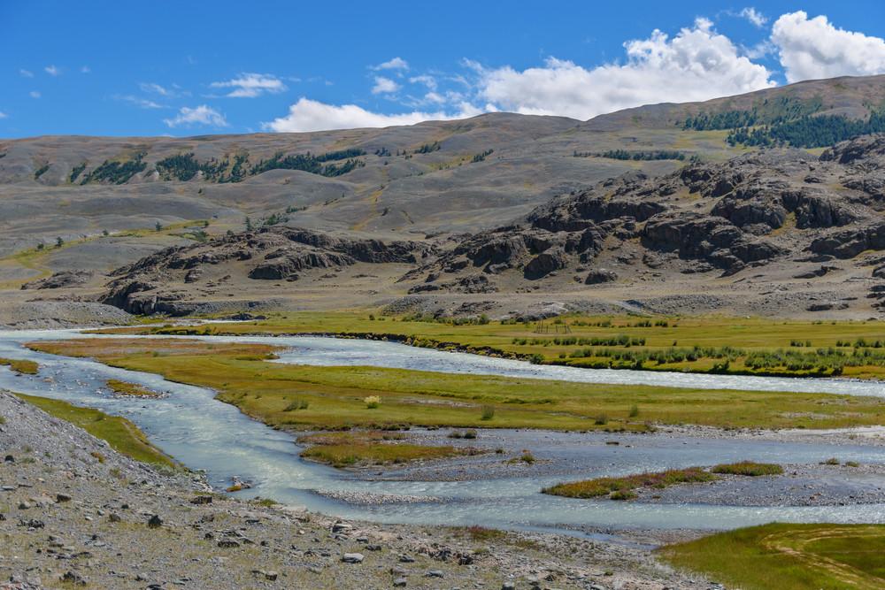 Гизинная долина реки Чаган покрыта зеленым ковром трав