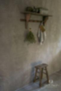 Muur in betonlook. Landelijk stoer, sober interieur. Muurverf. Houten brocante keukenrek.