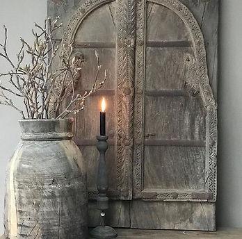 Oude deurpanelen. Stoer sober landelijk interieur.