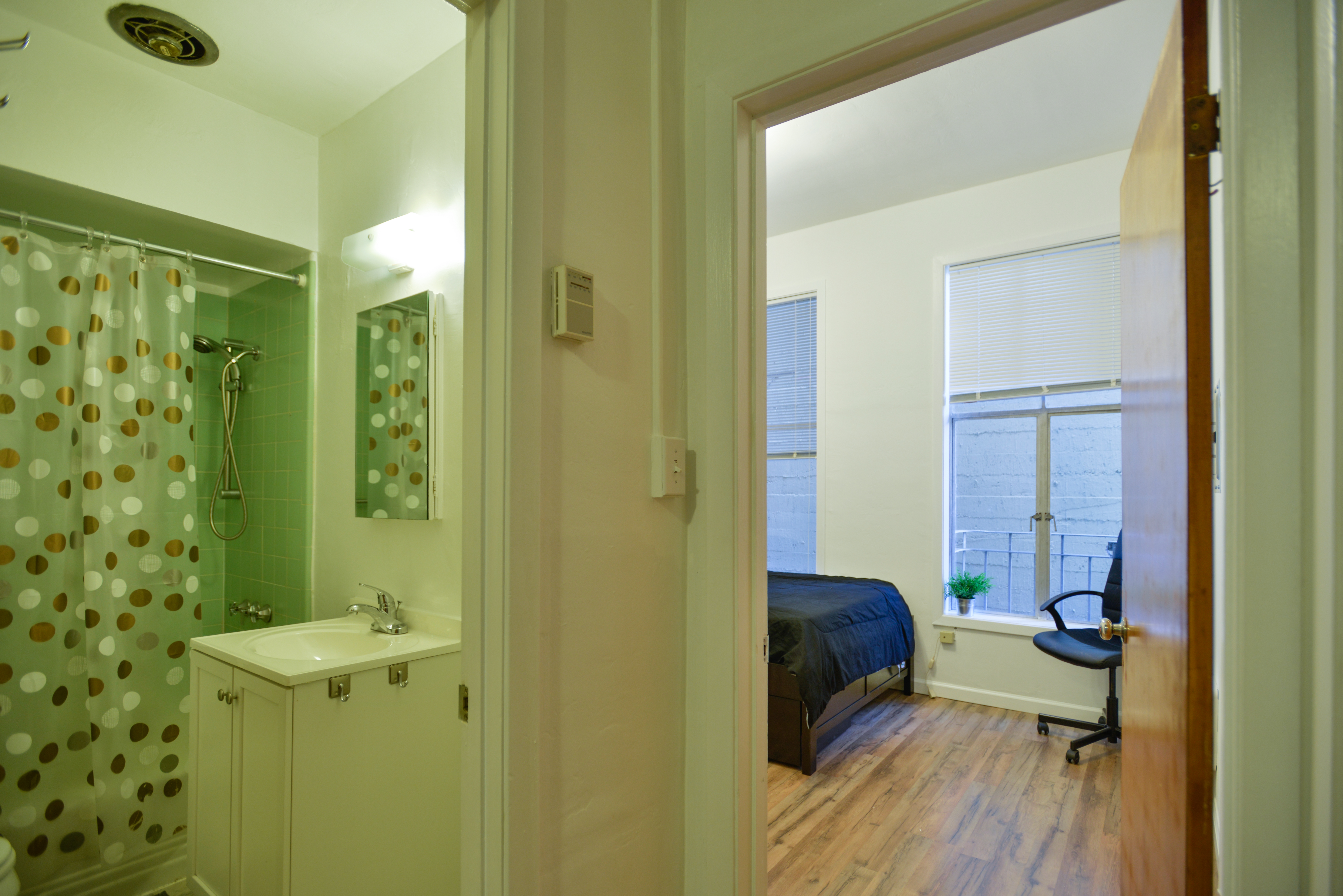 RESTOOM_BATHTUB_BEDROOM_TWIN BED