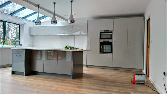 High gloss light and dust grey kitchen project