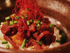 月見ルの名物メニュー、台湾のソウルフード魯肉飯。話題のあの味が真空パックになって登場!