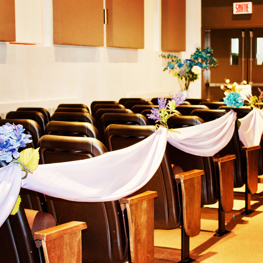 Aisle decoration : flowers and draping