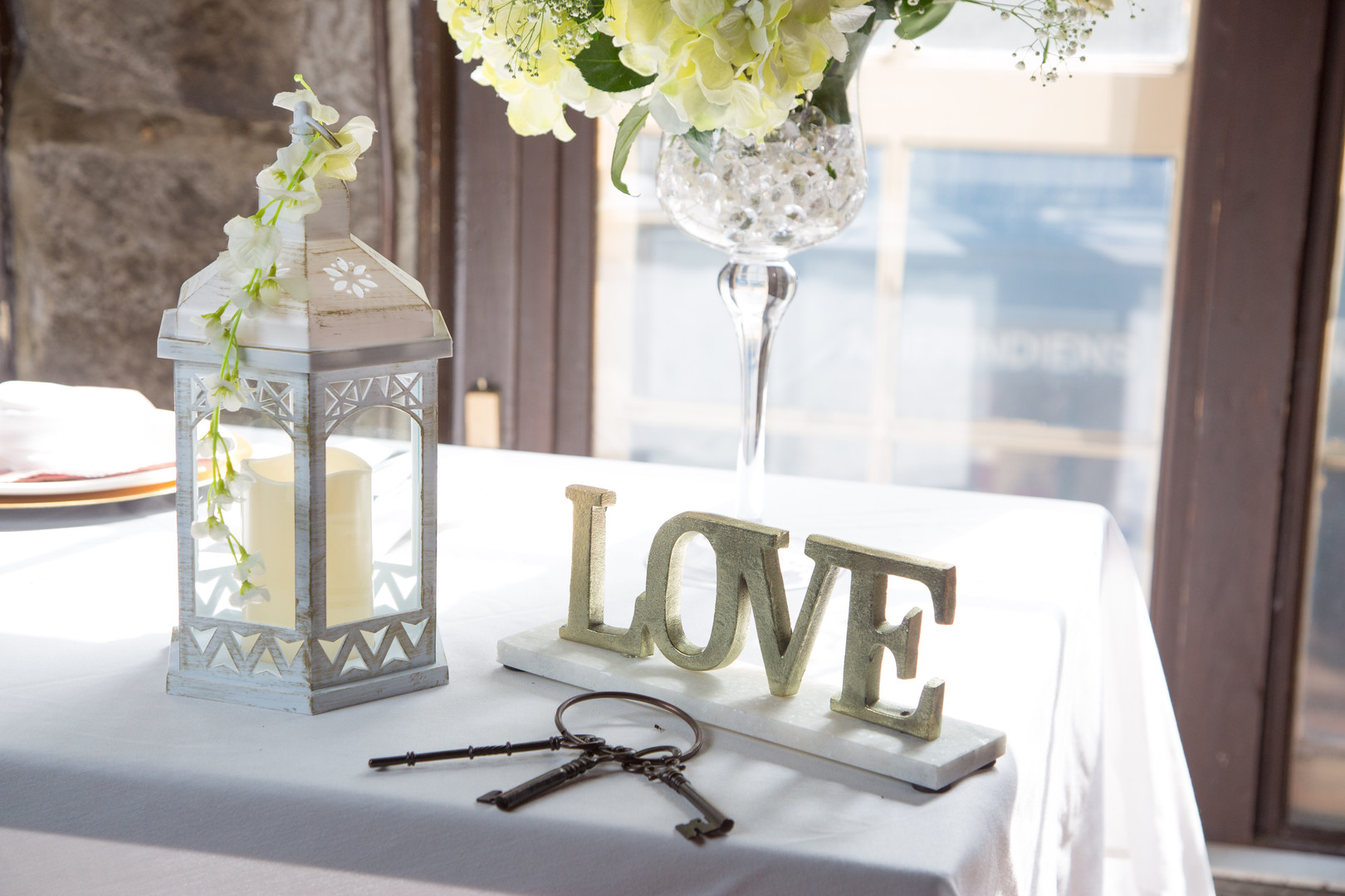 Wedding table : lantern, romantic vintage keys & love sign