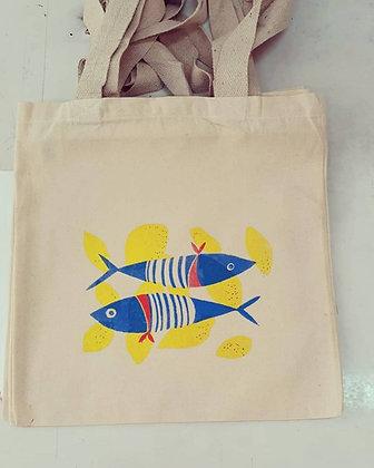 תיק בד עם הדפס של דגים ולימונים      Canvas bag with a print of fish and lemons