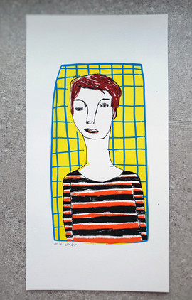 פורטרט עם מסגרת ורקע צהוב  |   Portrait with a frame and a yellow background