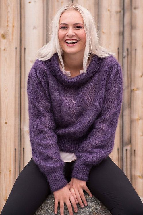 E 103 CLAUDIA - feminin genser med hullstrikk og krage