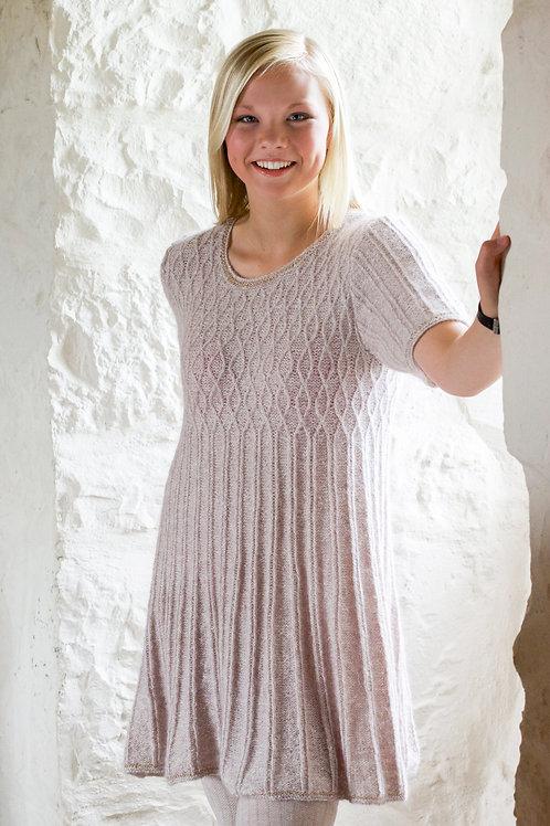 KHD 101 CAMELIA kjole med små fletter