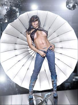 Model pige / dame med bar mave i disco miljø.