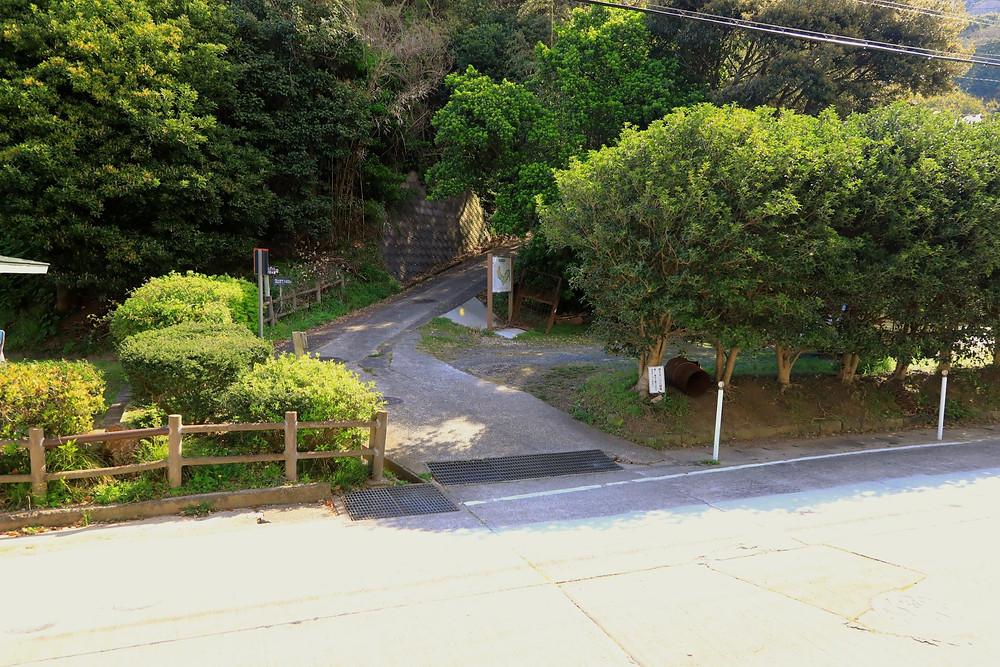 写真の右の木の陰が駐車場です