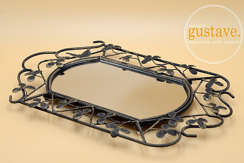 Miroir en métal ornementé