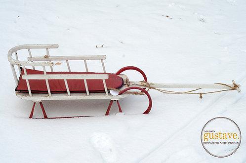 Traîneau vintage rouge et blanc