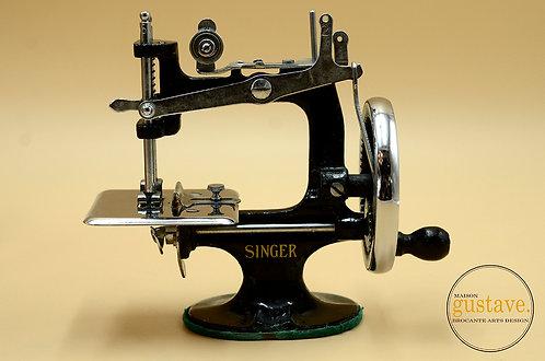Mini machine à coudre Singer modèle K-20
