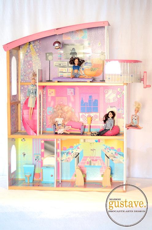 Maison de Barbie en bois avec meubles de bois et 5 colocs