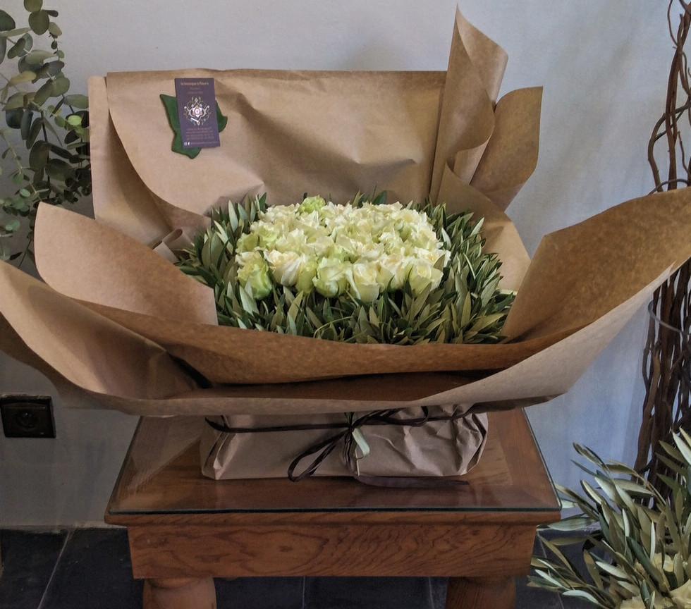 Boite roses blanches et olivier